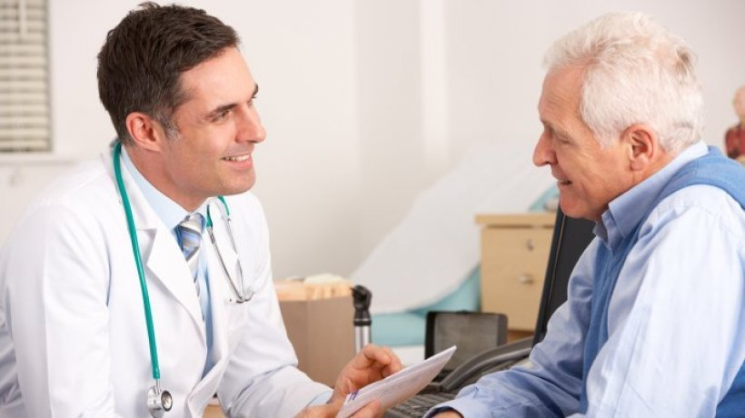 cardiologo y paciente en valoracion prequirurgica.